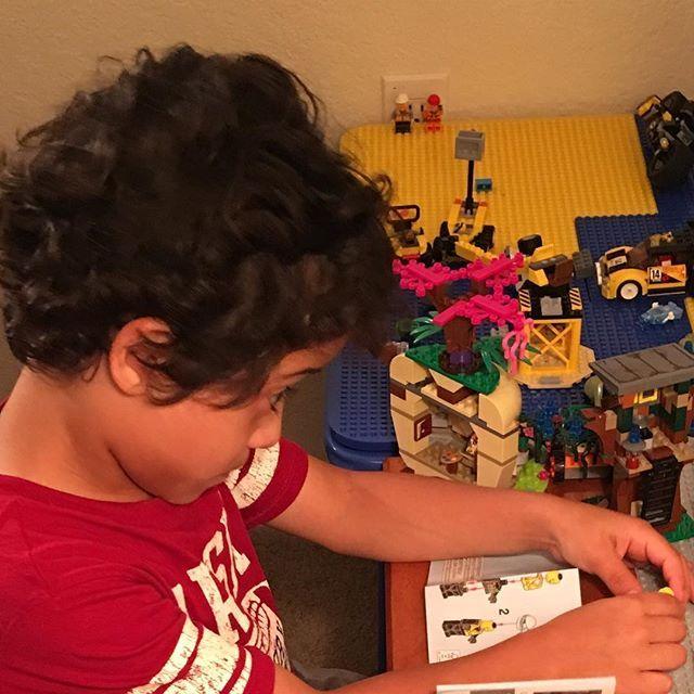 Todavía recuerdo cuando le compré a mi niño su primer set de juego LEGO...y lo feliz que él estaba. Ha pasado el tiempo y todavía tiene el mismo entusiasmo por construir y crear cosas  nuevas. Cuando los niños tienen la libertad de crear cosas, sienten que todo es posible. Esto a su vez, les ayuda a desarrollar confianza y seguridad en ellos mismos, y a asumir retos y resolver problemas. Si comenzamos desde temprana edad a ofrecerle experiencias de juego creativo a nuestros niños, mayor…