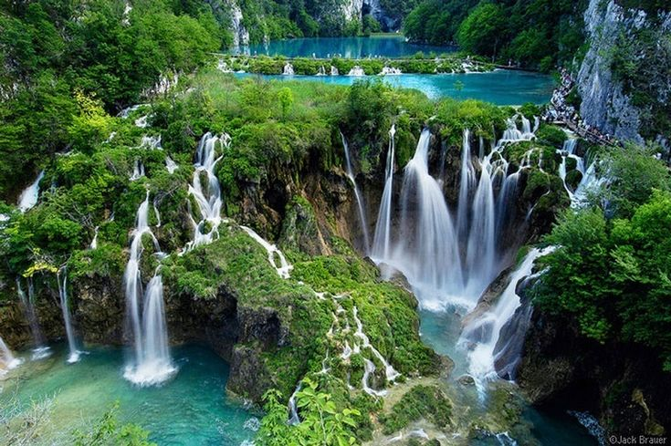 Εθνικό Πάρκο Λιμνών Plitvice, Κροατία. Είναι χωρίς καμία αμφιβολία ένα από τα πιο εντυπωσιακά μέρη στον κόσμο. Διαθέτει μια σειρά από πανέμορφες λίμνες, σπήλαια και καταρράκτες. Τα δάση στο πάρκο φιλοξενούν αρκούδες, λύκους και πολλά σπάνια είδη πουλιών.