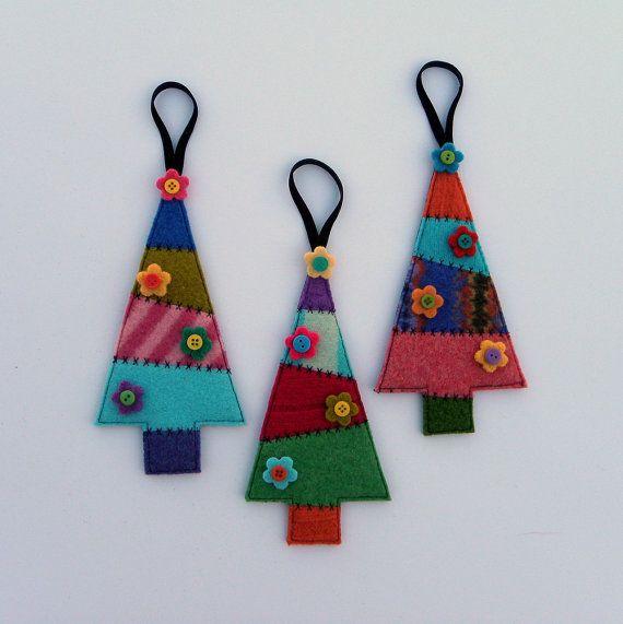 Set mit 3. Absolut bezaubernd, diesen Baum Ornamenten geretteten Gefilzte Wolle bestehen aus vorgenommenen Pullover aus 100 % Wolle. Die Farben sind wunderschön und hell mit skurrilen schwarzen Nähten. Jeder Baum ist mit Wolle Posies und Miniatur-Knöpfen verziert. Perfekt für den Weihnachtsbaum oder Geschenk dekorieren. Maschine genähte Strümpfe mit schwarzem Samt Schleife hängen. Diese Ornament misst ca. 7 cm groß, von 3 1/2 Zoll breit; mit der Multifunktionsleiste hängenden misst es ca. 9…