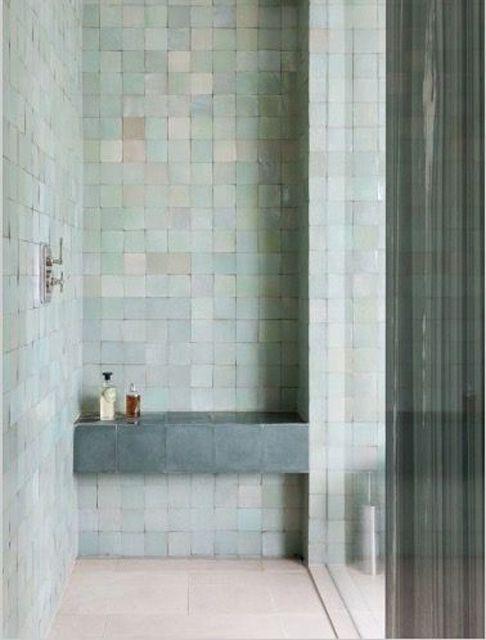 Pastell ist nicht nur für Wohnräume geeignet; auch in Badezimmern entfalten sie ihren Zauber. Tatsächlich wirken hübsche Farbtöne in einem so funktionalen Bereich wie einer Dusche doppelt cool. Kacheln in einem feinen Minzgrün mit unregelmäßiger Oberfläche verleihen einem Raum etwas Besonderes und verhindern selbst bei einer minimalen Nasszelle, dass sie wie die Dusche eines Schulumkleideraums aussieht – denn an das Elend des Sportunterrichts in der 9. Klasse will nun wirklich niemand…