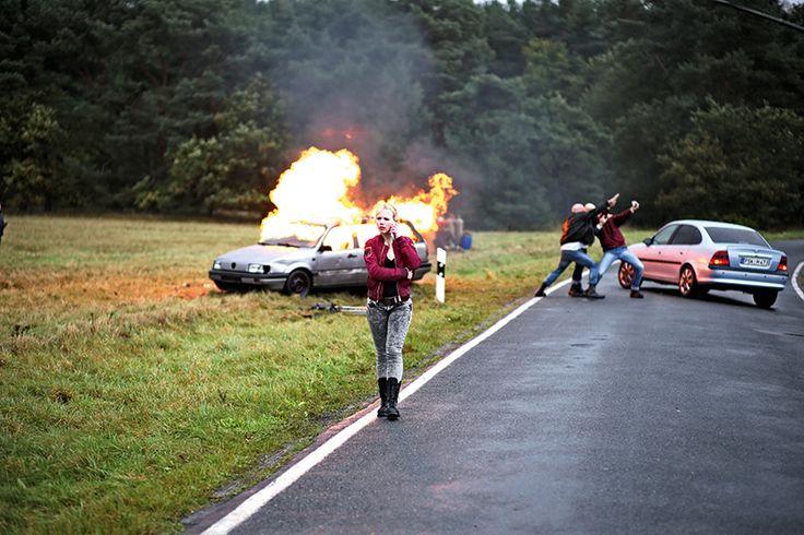 Doreen (Anna Brüggemann) vor brennendem Auto