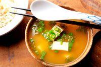 Misosoep is afkomstig uit de Japanse keuken. Het wordt veel gegeten als voorgerecht, bijvoorbeeld in combinatie met sushi. De soep is erg gezond en bovendien gemakkelijk om klaar te maken. Onderstaand een recept voor verse misosoep met tofu en bosuitjes.
