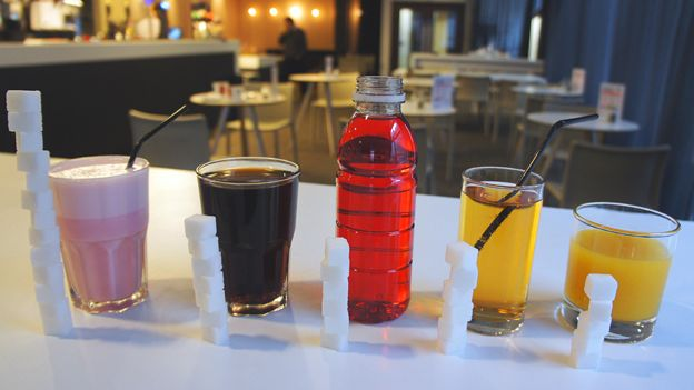 """La mayoría de nosotros sabemos que el azúcar debe ser consumido con moderación. Pero muchos la ingerimos más de lo que pensamos. Puede llegar a sorprender la cantidad de comidas y bebidas donde se """"esconde""""."""