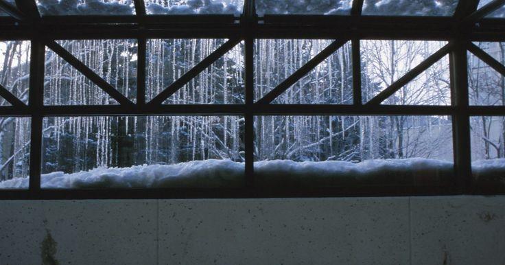 Cómo evitar el goteo de condensación en los tragaluces. La condensación en las ventanas ocurre cuando el aire húmedo golpea el vidrio más frío. Para deshacerte de la condensación en un tragaluz, tendrás que reducir la humedad en tu casa o elevar la temperatura del vidrio. Mientras que hay algunas soluciones simples a la reducción de la condensación, una solución de largo plazo puede requerir contratar ...