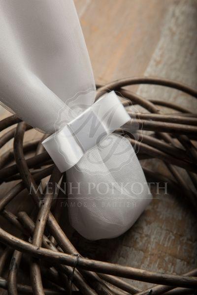 Μπομπονιέρα γάμου κλασική με λευκό ψηλό τούλι και σατεν παπιγιόν