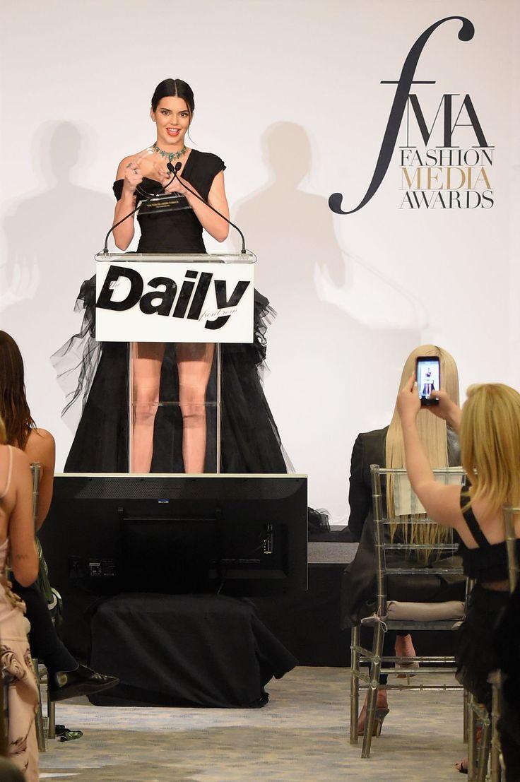 Kendall Jenner recebendo o prêmio de ícone fashion da década. NYFW 2017