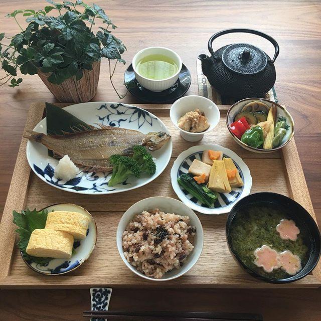 2017.4.28(金) 明日からゴールデンウィーク気分だけど 5月1日2日は普通に仕事。 ただの土日と変わりはないけど、 それでもなんだか嬉しい気持ちな金曜日。 . 今日も頑張りましょう♫ . ⁂ 酵素玄米 ⁂ あおさのお味噌汁 ⁂ だし巻き卵 ⁂ かれいの干物 ⁂ 筍と高野豆腐の煮物 小松菜を添えて ⁂ 野菜の揚げびたし ⁂ 筍の土佐煮 . . #お家ごはん #おうちごはん #家庭料理 #あさごはん #朝ごはん#朝食#朝時間#今日の献立 #今日の朝ごはん #料理記録 #料理日記 #丁寧なくらし #豊かな食卓 #春の食卓はじめました #日本が元気になるご飯 #ruhru春のおうちごはんコンテスト #幸せの食卓部 #4yuuu #デリスタグラマー #だし巻き玉子 #南部鉄器 #instafood #lin_stagrammer #foodpic #foodphoto #foodstagram #breakfast #器#心和庵