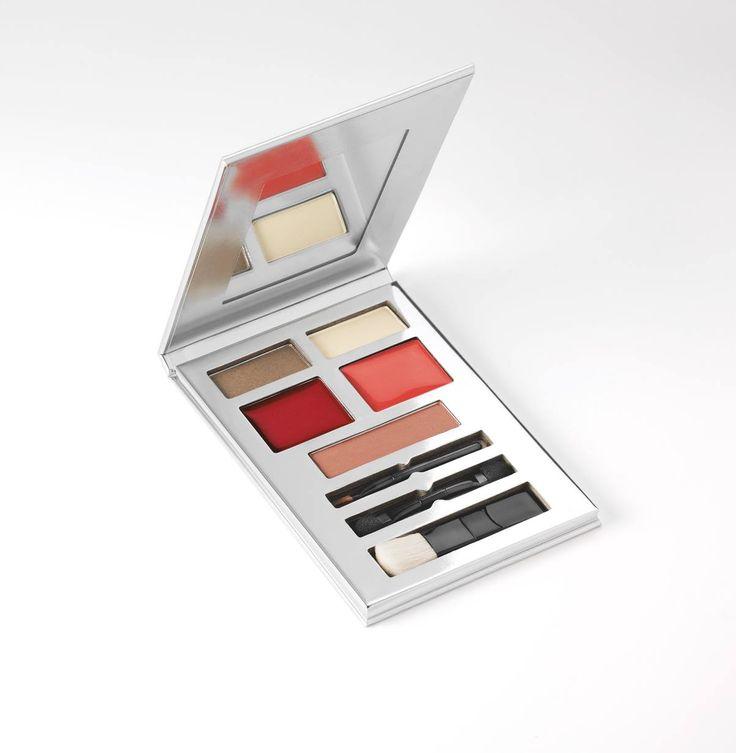 #Avon #Party #Girl #paletti on täydellinen kaveri käsilaukkuun. #Meikki korjaantuu päivän mittaan 2 luomivärillä, 2 huulikiillolla, poskipunalla ja siveltimillä. Mukana myös peili!    #meikkipaletti #makeup #palette
