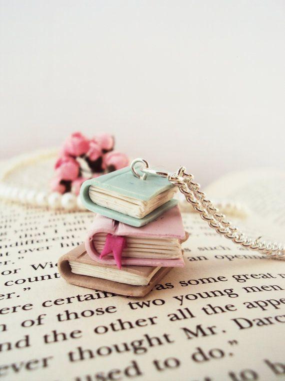 Arcilla polimérica de libros apilados collar por MyMiniMunchies #bookjewelry #romanticjewelry #pinknecklace #booknecklace #pendantnecklace #romanticgift #etsyjewelry #etsygift