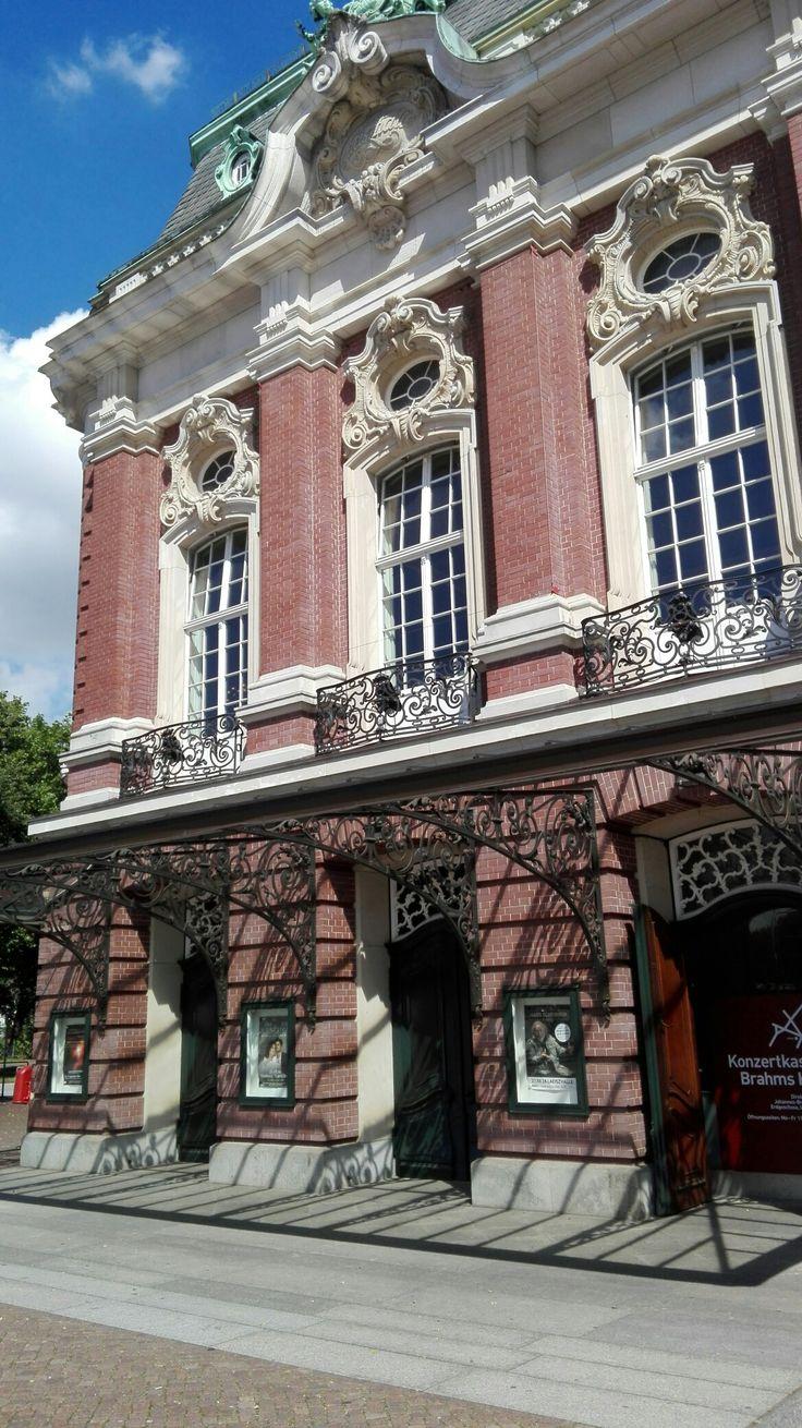 HAMBURG - Details an der Laeiszhalle am Johann-Brahms-Platz