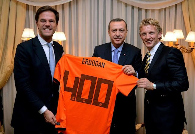Recep Tayyip Erdoğan, Mark Rutte ve Dirk Kuyt, Erdoğan 400 forması ile hatıra fotoğrafları.