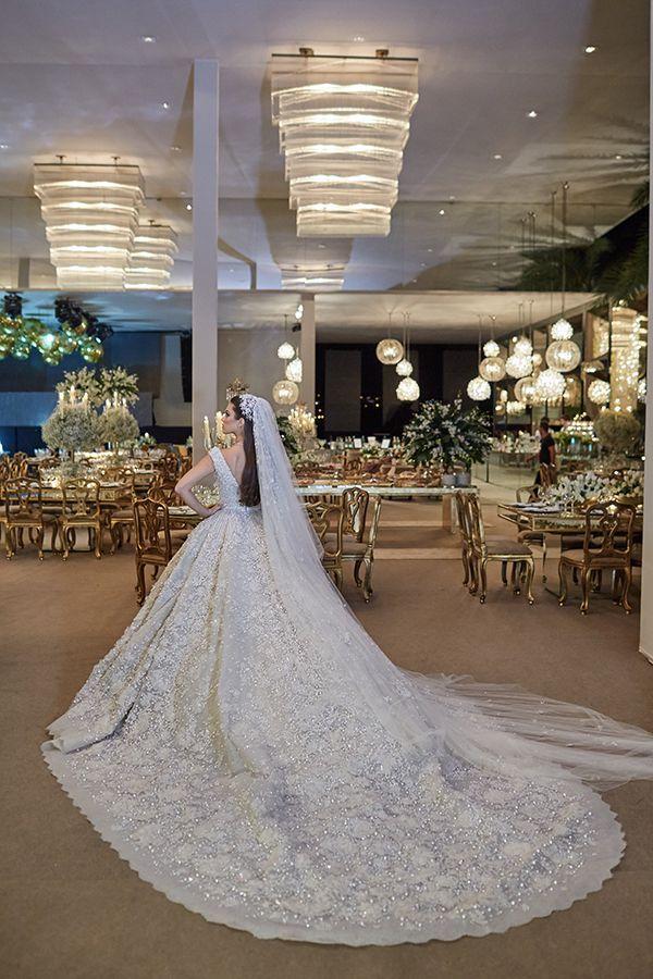 Lucyanna e Georges Pantazis tiveram um lindo casamento em Brasília. A noiva usou vestido Elie Saab e a decoração foi assinada pela Verde que te Quero Verde.