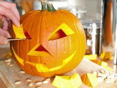 Natürlich gehört er zu einer ordentlichen Halloween-Dekoration dazu: ein mit Fratzen verzierter Kürbis. Wir haben ein paar Tipps, wie er einfach gelingt. http://www.fuersie.de/lifestyle/halloween/artikel/kuerbis-schnitzen-tipps-und-anleitung