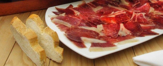 Cambia el sabor por el disfrute con el rey de la dieta mediterránea. Aprovecha ahora y llévate de regalo, con el Jamón ibérico, 500ml de Aceite de oliva Virgen Extra Valdezarza.
