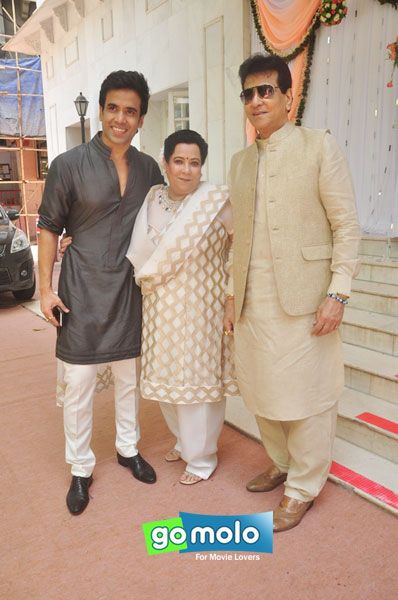 Tusshar Kapoor, Shobha Kapoor & Jeetendra at Abhishek Kapoor's wedding ceremony in Mumbai