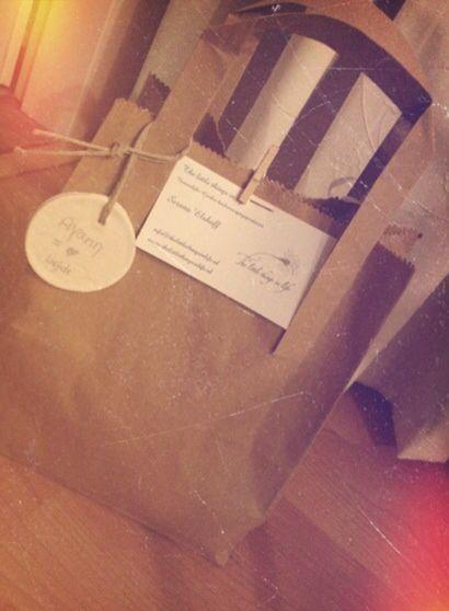 Cadeauset mannen: Met deze set steunt u ook gelijk de foundation Dog rescue Greece.  Deze cadeauset bestaat uit de volgende producten:   * Apollon douchegel, 200ml;  * Olivia zeep, 125 gram, naturel;  * Make a wish flesje, met een echt(!) paardenbloemzaadje erin.    Deze cadeauset is perfect om te geven tijdens de feestdagen! De set wordt extra mooi ingepakt in een leuk tasje met daaraan een label van klei met tekst! (zie afbeelding)