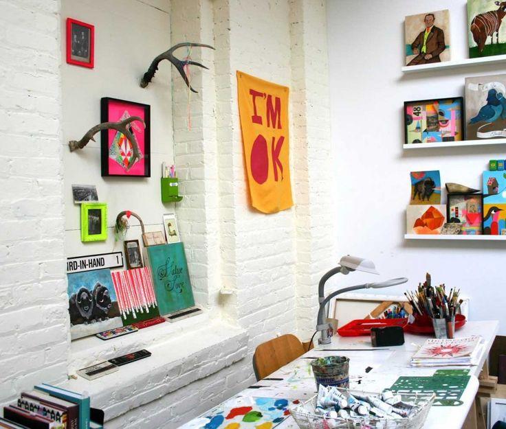 Se você precisa ser criativo(a) no seu trabalho, que tal começar pelo seu ambiente de trabalho? Imagens inspiradoras, elementos pop, cores, enfim. Permita-se, deixe o home office do seu jeito. Afinal, nada como um ambiente inspirador, não é verdade? #HomeOffice #escritório #Pop #Popart #modernoepop #decor #homedecor #decoraçãodeinteriores #designdeinteriores #decoraçãohomeoffice #comprardecoracao #carrodemola #decorarfazbem.