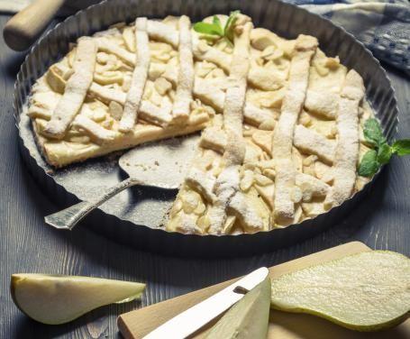 La crostata alle pere è un dolce salutare, ottimo da portare in tavola come dessert, per colazione o per la merenda accompagnato da una tazza di tè.