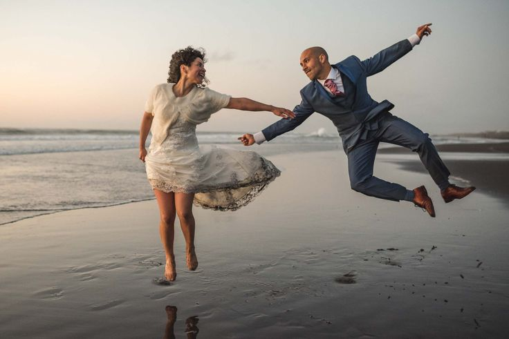 sesión-playa-trash the dress-pichilemu-fotografo-matrimonio-diego mena fotografia #groom #bride #bridal #sesion #trashthedress #pichilemu #sunset #love