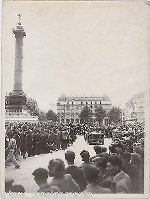 WWII US SOLDIERS LIBERATION OF PARIS FRANCE VINTAGE 7x9 SNAPSHOT PHOTO