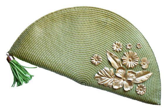 Green evening bag. Fan handbag. Gold and green por HaveaFlowerDay