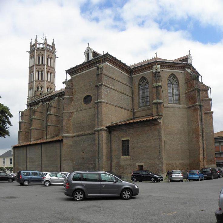 La cathédrale Saint-Antonin de Pamiers est le siège du diocèse de Pamiers, Couserans et Mirepoix. La partie la plus ancienne date du 12° et se résume au portail occidental. Au-dessus s'élève l'impressionnant clocher porche à l'aspect militaire marqué. Le reste de l'édifice a été reconstruit au 17° suite aux destructions infligées par les protestants pendant les guerres de religion