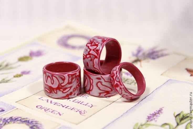 В этом видео мастер классе я покажу, как сделать цельные колечки с красивой узорной поверхностью из полимерной глины. А также, как сделать основу для кольца именно своего размера. Вы сможете применять показанный мной способ при изготовлении самых разных колец из полимерной глины. Для изготовления основы понадобится:- листок бумаги;- обычный скотч;- ножницы;- фольга или бумажные салфетки (туалетная бумага).