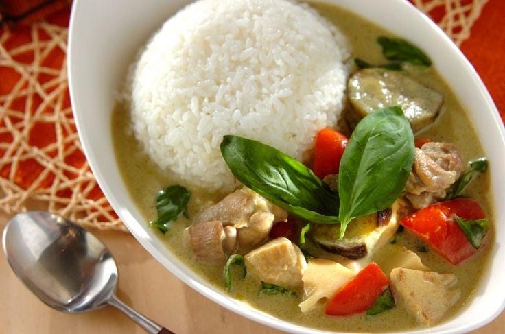 グリーンカレーペーストやココナッツミルクを用意して、タイ料理に挑戦!タイ風グリーンカレー[エスニック料理/カレー]2016.05.30公開のレシピです。