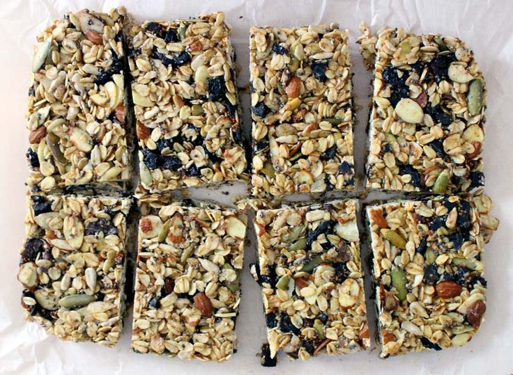 DIY Chewy Granola Bars \ A no-bake, easy chewy granola bar recipe that comes out perfect every time with coconut oil and no refined sugar! Add any nuts, seeds, dried fruit, and spices you want. A perfect #backtoschool snack!
