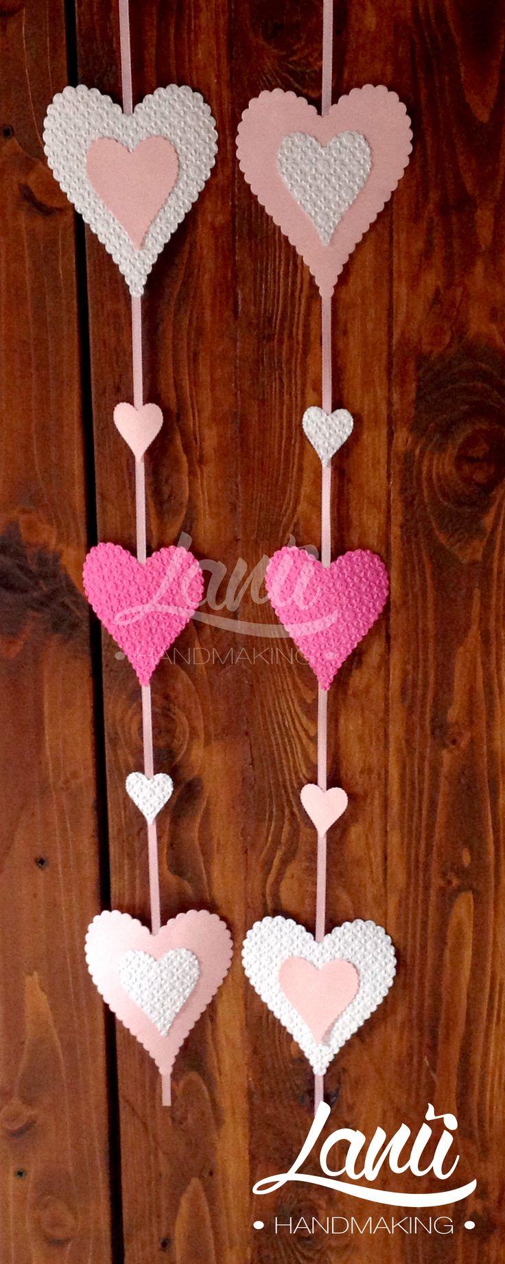 Allestimento tavolo della confettata: strisce di cuori decorativi
