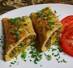 Dadar isi rol. Indische omelet met gekruid gehakt.