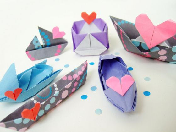 A fleet of origami love boats <3   Source:  http://www.bloomize.com/a-fleet-of-origami-love-boats/