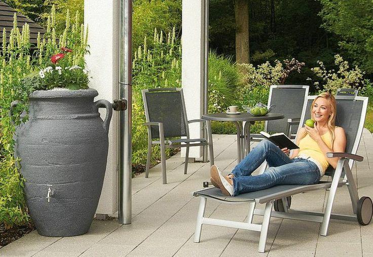 graue Regentonne Amphore Regentonnen und Gartenmöbel im Außenbereich