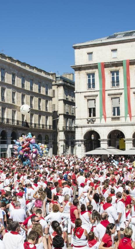 Aux pieds des Pyrénées et de l'océan Atlantique, avant de franchir la frontière franco-espagnole, la ville de Bayonne nous précipite au coeur du Pays Basque. Plus qu'une simple porte d'entrée, celle-ci est considérée comme la capitale culturelle de l'« Euskal Herria ».