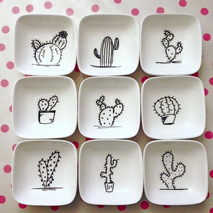 Les cactus sont tellement en vogue au Crackpot Café, qu'on s'en ferait un ensemble de vaisselle! Astuce: Commencez ce projet simple par une couche de peinture blanche. Ainsi, si vous faites une petite erreur dans l'esquisse de vos cactus, vous pourrez effacer et recommencer sans problème!