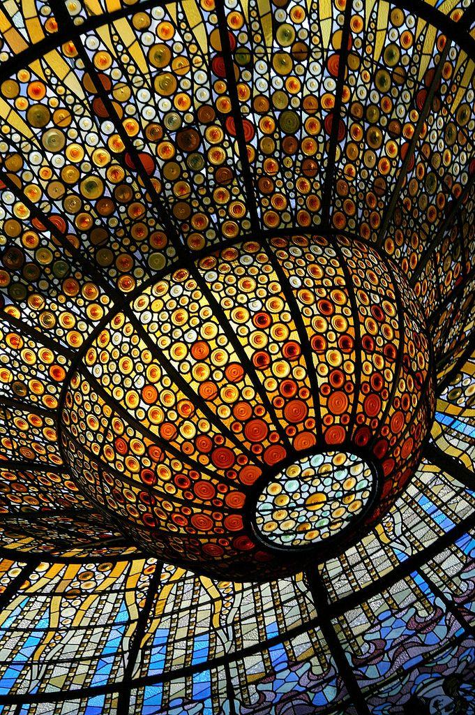 El modernismo rechaza el estilo poco atractivo de la arquitectura industrial de la primera mitad del siglo XIX, y desarrolla nuevos conceptos arquitectónicos basados en la Naturaleza, que consisten en los materiales de construcción que se emplean, en las formas de los edificios y en las figuras de sus fachadas. Imagen: Palau de la Música Catalana.De Antoni Rigalt i Blanch
