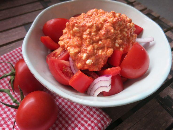 Schnell gemacht, transportabel, gesund und lecker... 1 Portion 1 kleine rote Zwiebel in Streifen geschnitten 1 rote Paprika in Stücke geschnitten 200 g Che