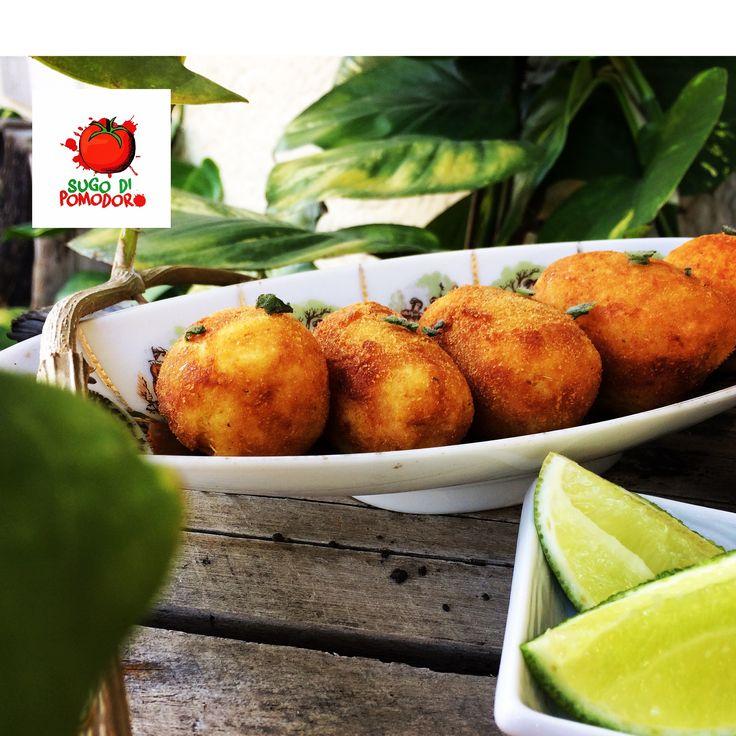 """¿Una entradita fácil? Croquetas de zucchini rellenas de queso """"caciocavallo"""" #SugoDiPomodoro #Cocina #Nutrición #Recetas #FoodPorn #ClasesDeCocina #Gastronomia  #Tasty #CocinaParaPerezosos   #QueHacerEnMedellin"""