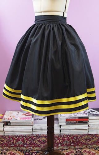DIY Skirt with pockets & invisible zipper. So cute. [feel free to make me one of these in every color combo there is. perf.]
