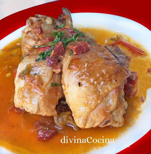 Este pollo al chilindrón es un guiso tradicional aunque presenta variedades en su receta. Esta receta que te dejo es la más clásica, pero hay quien elimina el vino o el jamón.