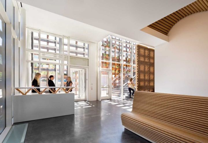 Uno scorcio della reception e dell'ingresso dell'Aspen Art Museum. In foto è visibile il reticolo esterno interamente realizzato con travi in legno