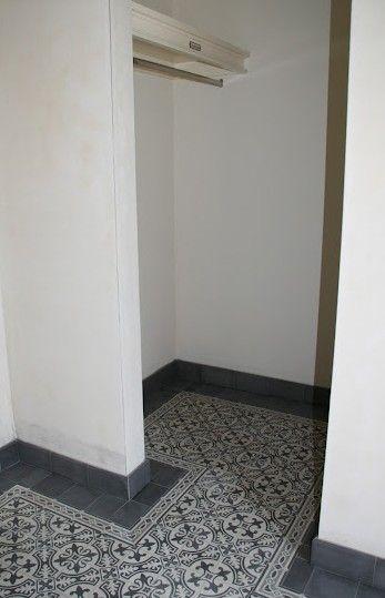 gang/garderobe met CIRCLEZ 1 serie van www.floorz.nl. Mooi om te zien hoe de bijpassende plinten het geheel afmaken.