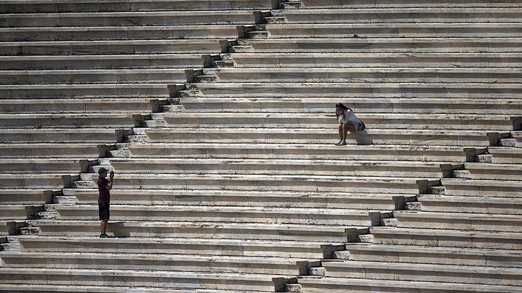 Marko Djurica/Reuters - Turistas tiram fotos no estádio que sediou os primeiros Jogos Olímpicos modernos em 1896, em Atenas, na Grécia. Foto: Marko Djurica/Reuters