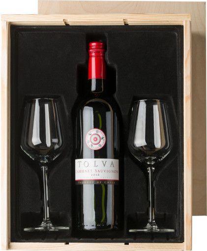 De #wijnset is een luxe geschenk waarmee u uw relaties kunt bedanken en waardering kunt tonen. De wijnset is een complete set bestaande uit een fles #wijn (750 ml, 12,5%) en twee wijnglazen. U kunt kiezen uit een Chileense sauvignon blanc (wit) met een sterke, volle smaak en een fris en fruitige basis van tropische vruchten of een Chileense Merlot (rood) met een volle en fruitige smaak met een touch van kersen en braambessen. De elegante set zit verpakt in een houten kist.
