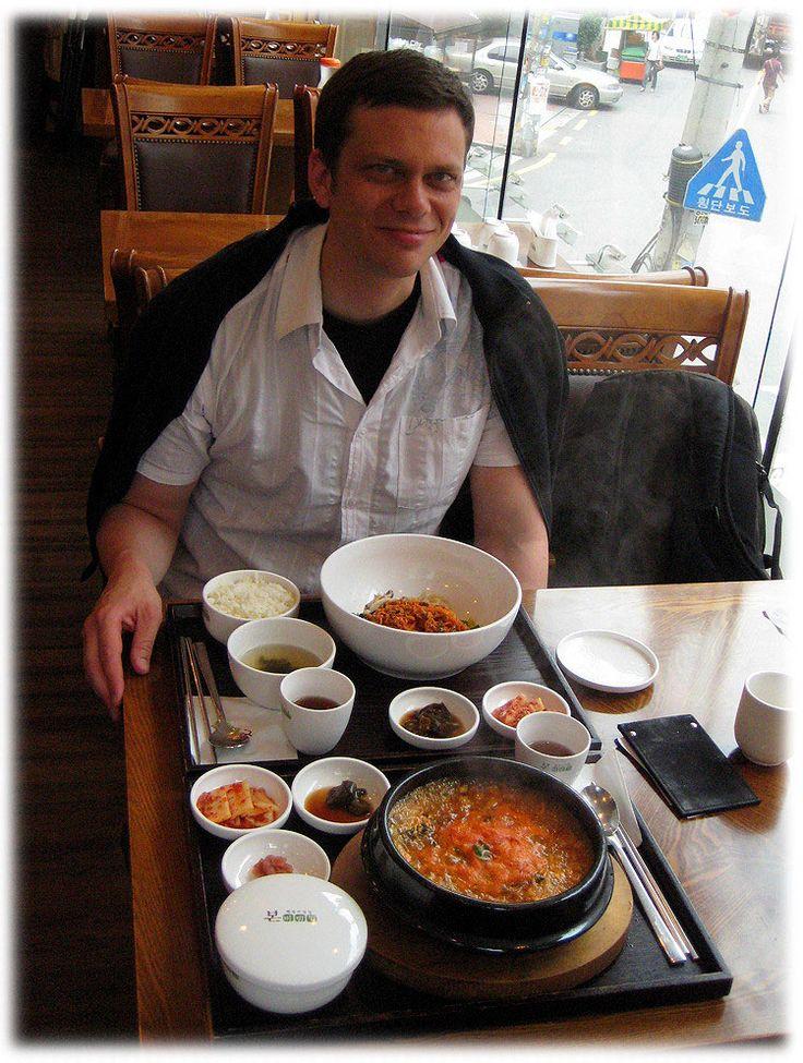 Jeyook bibimbap (tigela branca) e Haemool ttookbaegi (tigela escura). Jeyook bibimbap é arroz cozido no vapor com legumes e carne de porco picada. Haemool Ttookbaegi é uma sopa de frutos do mar sortidos com arroz servido em um pote com pedras quentes. Acompanhamentos: do canto superior esquerdo: arroz, sopa de algas, suco de frutas como sobremesa, vegetais verdes com molho picante vermelho, repolho em conserva picante (kimchi).  Texto e fotografia: http://lovely-seoul.jimdo.com