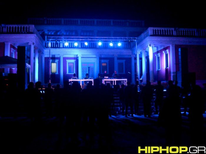 """Το hiphop.gr βρέθηκε στη συναυλία 8Χ8 το Σάββατο 20 Σεπτεμβρίου στο Προαύλιο του Κυβερνείου (Παλατάκι). Το """"εξοχικό"""" παλάτι του βασιλιά που ενώ όλο τον χρόνο παραμένει κλειστό και φυλάσσεται"""