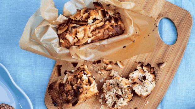 bananbrød med tranebær, mandler og kokos - Femina