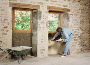 Le jointoiement d'un vieux mur en pierre naturelle