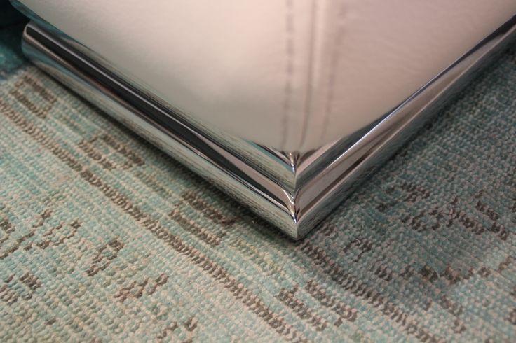 Detalle visto desde arriba de la pata cilindrica doble utilizada en nuestro sofá modelo Magno.