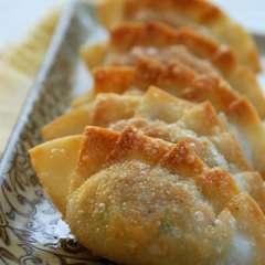 Mandu (Korean Dumplings)     Looks like something I need to eat!